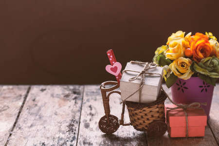 Heart and gift box on a wooden cart. Zdjęcie Seryjne