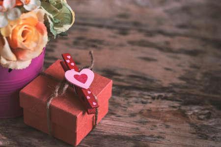 Serce i dar na starym drewnie. Zdjęcie Seryjne
