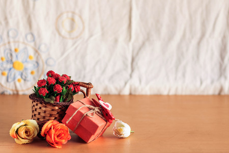 uprzejmości: Gifts and bouquets of flowers on the table.