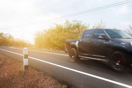 Auto op straat op het platteland met het reizen bij zonlicht.