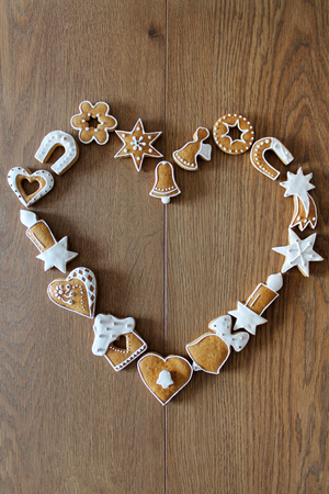 galletas de navidad: Christmas background with cookies on the wooden board heart shape frame