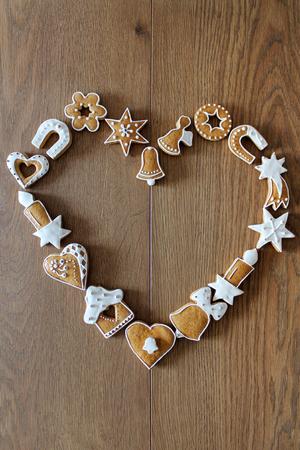 galletas de navidad: Fondo de la Navidad con las galletas en el marco de la forma del corazón tabla de madera