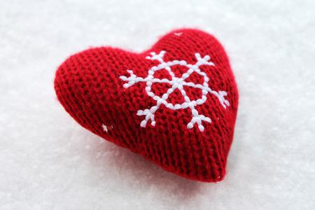 copo de nieve: coraz�n rojo de la Navidad en la nieve