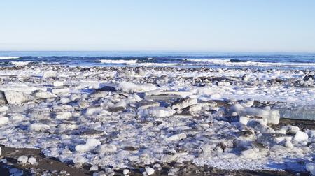 Avacha Bay, Pacific Ocean Vilyuchinsk city, Kamchatka Peninsula, Russia. Big ice floes on black volcanic sand Imagens