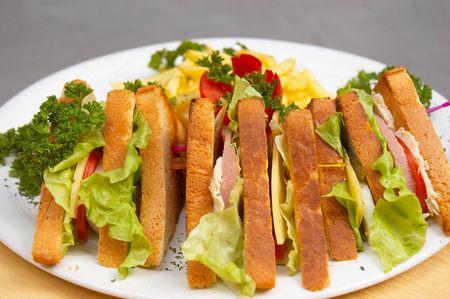 Sabroso jugoso s�ndwich con el club franc�s fritas