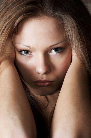 quizzical: Quizzical y un poco triste mirada de la bella muchacha. Versi�n color.