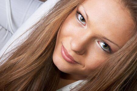 gaze: blik van mooie lange haired meisje in het wit. gezicht close-up.
