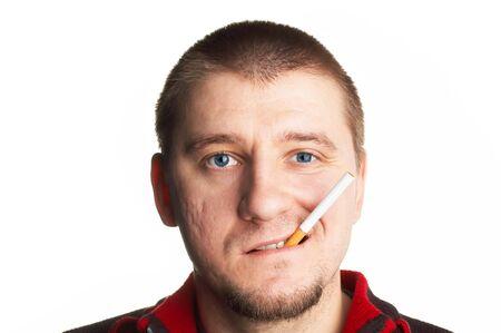 rowdy: ocasionales de pelo corto hombre de mediana edad posando con cigarrillos  Foto de archivo
