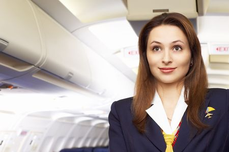 hotesse de l air: H�tesse de l'air (h�tesse de l'air) dans le vide de l'avion avec cabine  Banque d'images