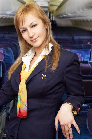 hotesse de l air: Blonde h�tesse de l'air (h�tesse de l'air) dans le vide de l'avion avec cabine