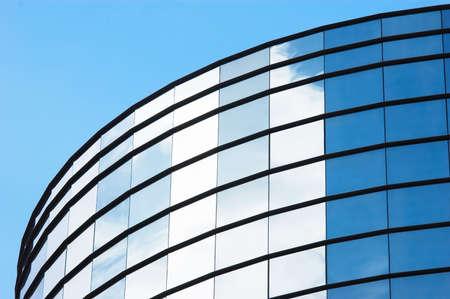 frente de cristal del espejo del edificio de oficinas