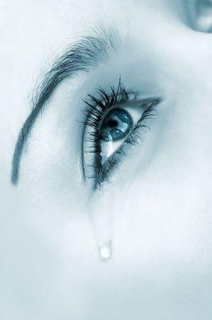Mujer llorando ojo. Tintado imagen monocroma, alta clave, foco selectivo  Foto de archivo - 1895859