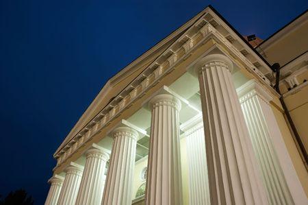columnas iluminadas - nightshot con el copyspace azul marino del cielo. Foto de archivo