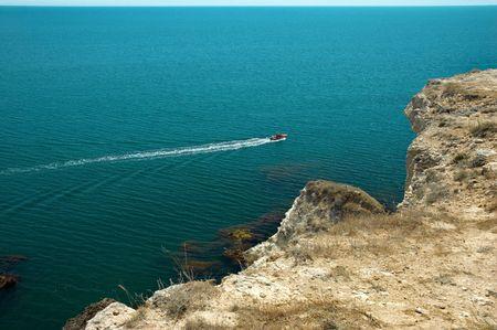 weißes aufblasbares motorisiertes Gummiboot treibt über Meer