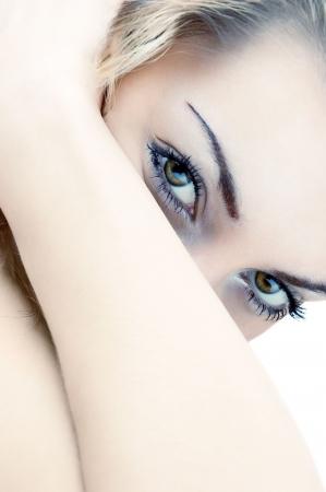 Mirada de Voluptuous de la mujer joven magn�fica. Aislado en blanco.