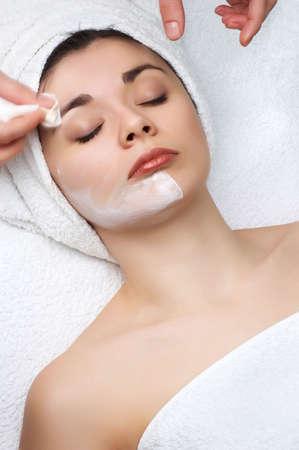 pulizia viso: Salone di bellezza serie. Pulizia al largo della maschera facciale  Archivio Fotografico