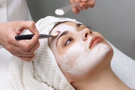 facial massage: Salon de beaut� s�rie. Masque facial appliquant