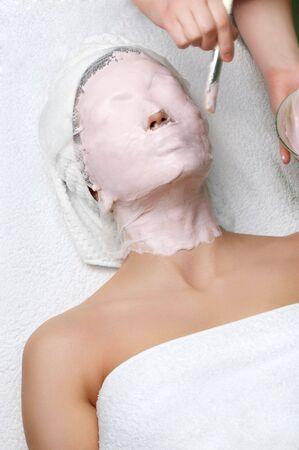 pulizia viso: applicazione di serie del salone di bellezza della mascherina del facial di pulizia.