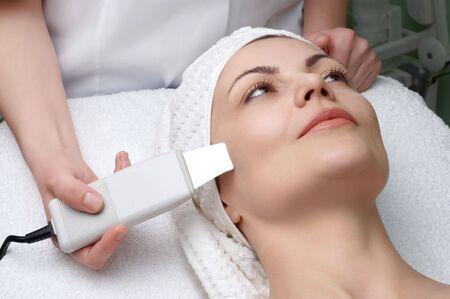 pulizia viso: donna che ottiene pulizia della pelle di ultrasuono al salone di bellezza