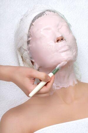 pulizia viso: serie del salone di bellezza, applicante la mascherina del facial di pulizia Archivio Fotografico