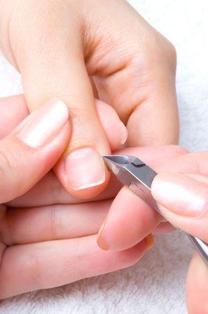 manicura: sal�n de u�as, cortar la cut�cula en el pulgar femenino