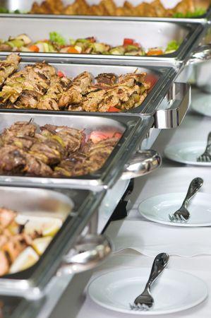 buffet food: met�licos banquete bandejas de comida servida en las mesas Foto de archivo
