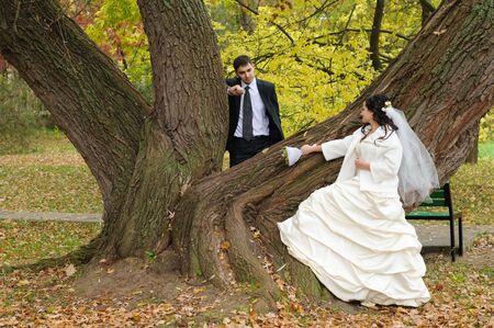 net getrouwd: jonge net getrouwd paar dat pret in het park Stockfoto
