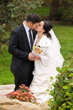 net getrouwd: jonge net getrouwd paar zoenen in het park Stockfoto