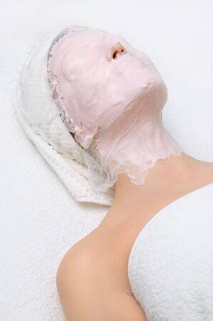pulizia viso: salone di bellezza serie. l'applicazione di pulizia del viso maschera