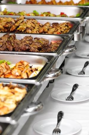 mesa para banquetes: mesa de banquete con plato roces calentadores