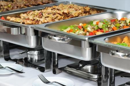 pinchos morunos: mesa de banquete con plato roces calentadores