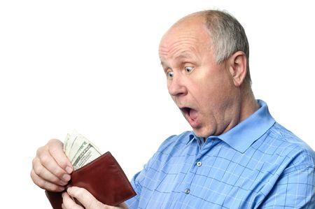 senior kale man onderzoekt zijn contant spaargeld