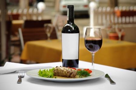 고기와 와인 제공, 고기에 선택적 초점, 병에서 흰색 라벨을 지 웁니다.