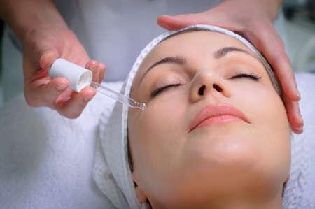 mooie jonge vrouw krijgt speciale huid behandeling bij schoonheidssalon Stockfoto