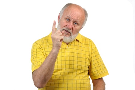 senior grappig kale man in het geel t-shirt is shows gebaren en grimassen Stockfoto