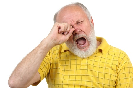 senior kaal en bebaarde man zich verveelt en geeuwen