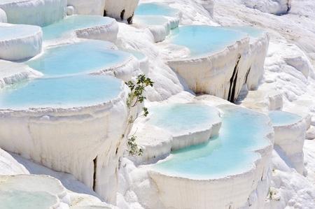 Azul cian agua travertino piscinas en Hier�polis antigua, ahora Pamukkale, Turqu�a Foto de archivo