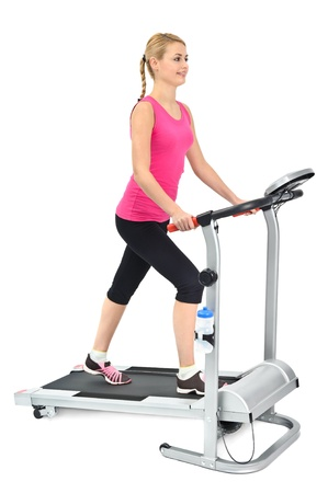 junge Frau macht Übungen auf dem Laufband, auf weißem Hintergrund Standard-Bild