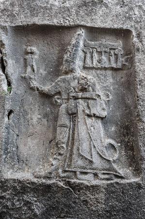 ごろに神 Sharruma と王トゥドハリヤを描いた Yazilikaya の岩面彫刻の日付紀元前 1250年-1220年 写真素材 - 25322705