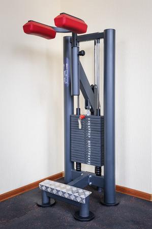 calas blancas: interior de un gimnasio con el becerro de pie plantea máquina