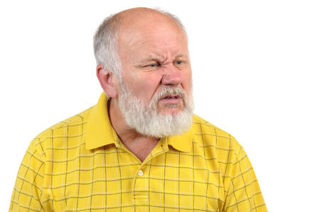 혐오감을 앓고 수석 대머리 남자 노란색 셔츠에