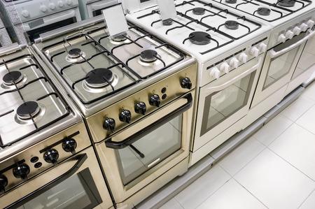 komercyjnych: rzędy kuchenek gazowych sprzedających w sklepie sprzętu gospodarstwa domowego