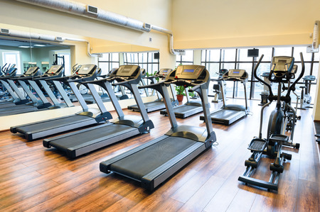 gimnasio: Conjunto de cintas de correr que se alojen en l�nea en el gimnasio