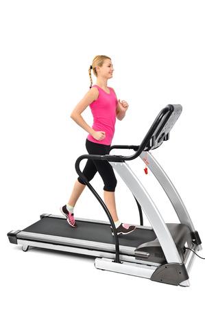 junge Frau, die Übungen auf dem Laufband, isoliert, Bewegungsunschärfe auf bewegliche Teile
