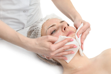 schoonheidssalon, gezichtsmasker toepassing met behulp van borstel Stockfoto