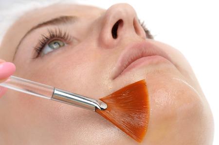 pulizia viso: salone di bellezza, maschera peeling facciale con acidi retinolo e della frutta Archivio Fotografico
