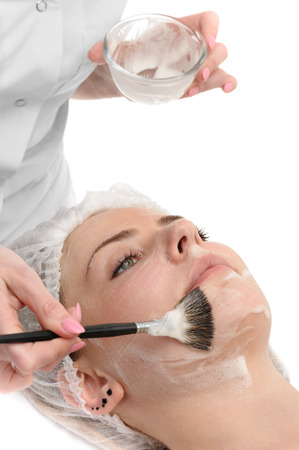 schoonheidssalon, gezichtsmasker toepassing met kwast Stockfoto