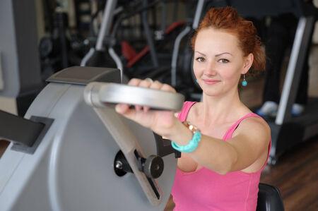 red haired girl: giovani dai capelli ragazza facendo mani rosse filatura allenamento macchina