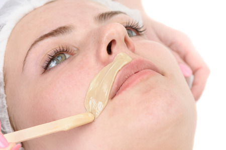 depilacion con cera: salón de belleza, depilación bigote, tratamiento de la piel facial y cuidado Foto de archivo