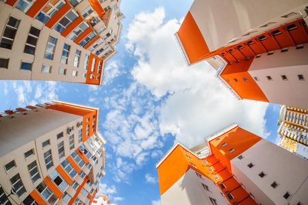 Fisheye shot van nieuwe appartementen gebouwen buitenkant
